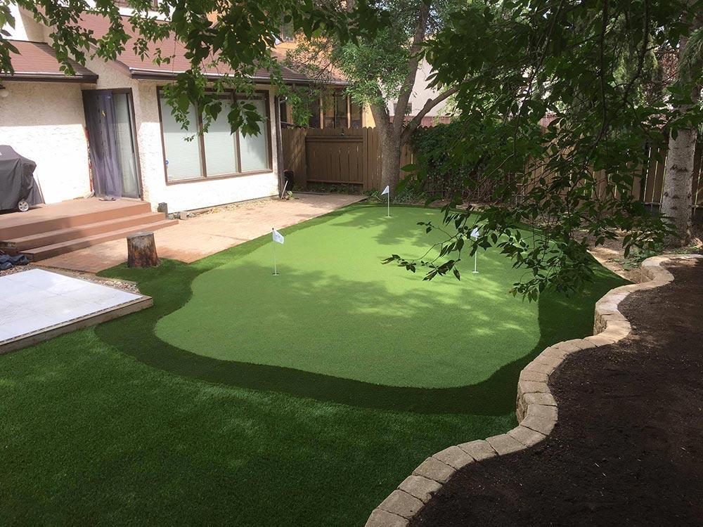 Backyard putting green using artificial turf